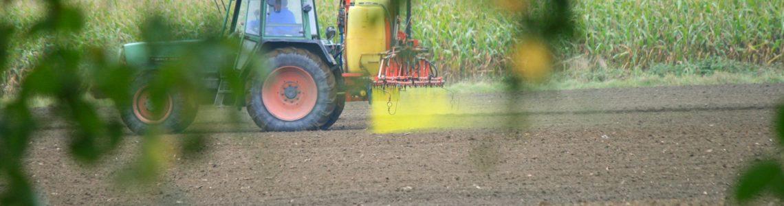 Pulvérisation de pesticides dans un champ, en Allemagne, oct 2009. Stefan Thielsen, licence CC BY-SA 3.0 - cf. crédits photographiques